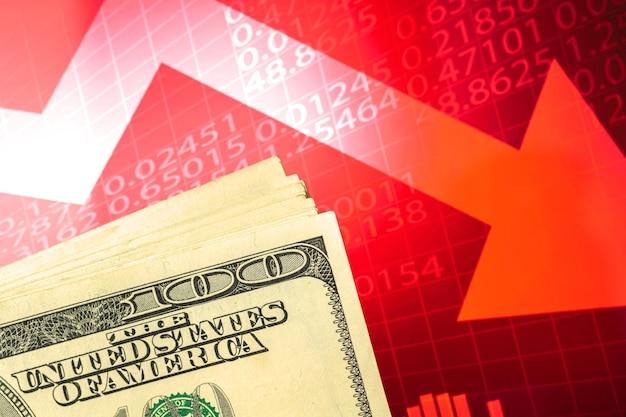 Concept de dévaluation, d'effondrement, de stagnation de l'économie, de devise du dollar américain sur un graphique boursier rouge avec des flèches vers le bas