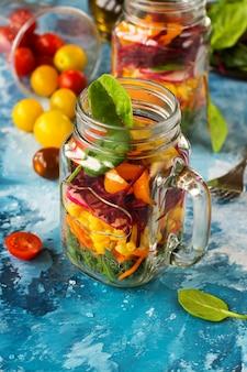 Concept diététique ou diététique: salade de légumes dans des bocaux mason