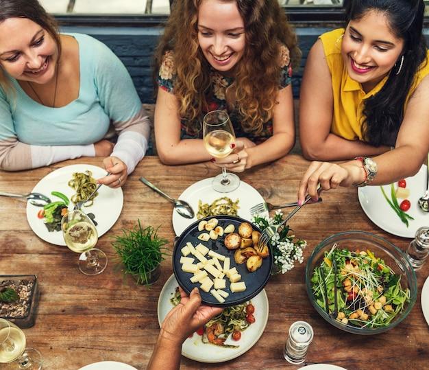 Concept de dîner de communication entre femmes