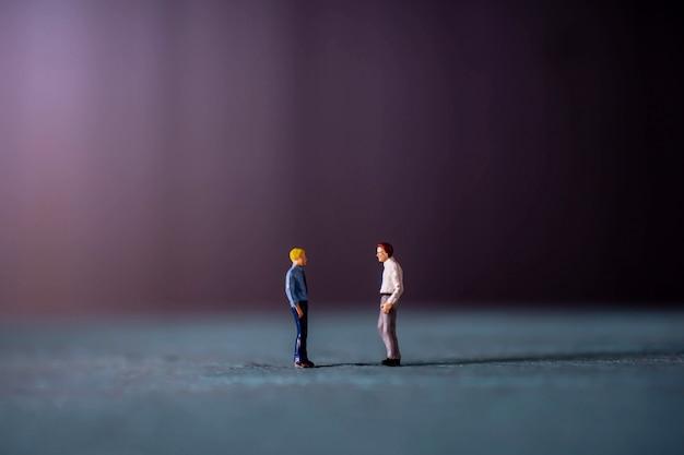 Concept de discussion d'affaires. figurine miniature homme d'affaires se rencontrant et travaillant ensemble
