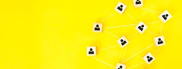 Concept de distance sociale, cubes en bois avec des icônes de personne, gardez la distance dans la société des personnes pour vous protéger du coronavirus covid-19.