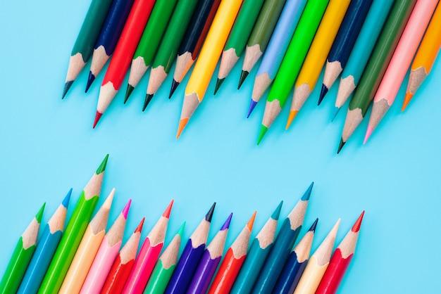 Concept de diversité. ligne de crayon de couleur de mélange sur fond bleu