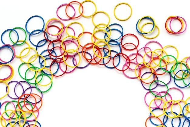Concept de diversité mélanger élastique coloré sur fond blanc avec espace de copie