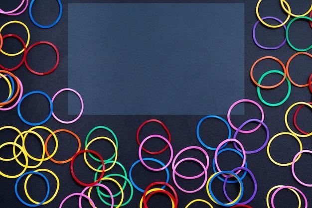 Concept de diversité mélanger élastique coloré sur fond noir avec espace tcopy