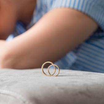 Concept de divorce avec des anneaux de mariage en or