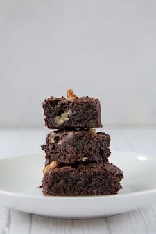 Le concept de douceur alimentaire inutile pyramide de trois morceaux de brownie au chocolat