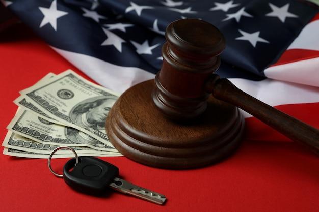 Concept de droit américain avec juge marteau sur fond rouge