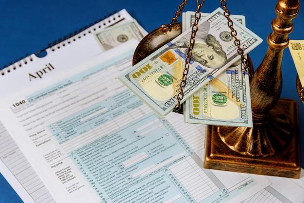 Concept de droit échelles de justice responsabilité pénale pour non-paiement des impôts de 100 dollars formulaire 1040 sur la déclaration de revenus des particuliers aux états-unis
