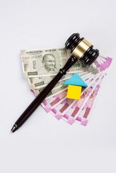 Concept de droit immobilier indien montrant un marteau en bois, un modèle de maison 3d et un marteau en bois, mise au point sélective