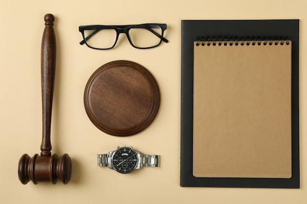 Concept de droit avec juge marteau sur fond beige
