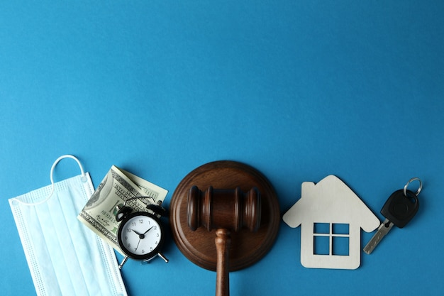 Concept de droit avec juge marteau sur fond bleu