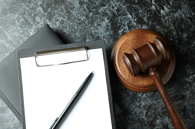 Concept de droit avec marteau de juge sur table smokey noire