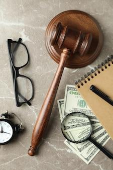 Concept de droit avec marteau de juge sur une table texturée grise