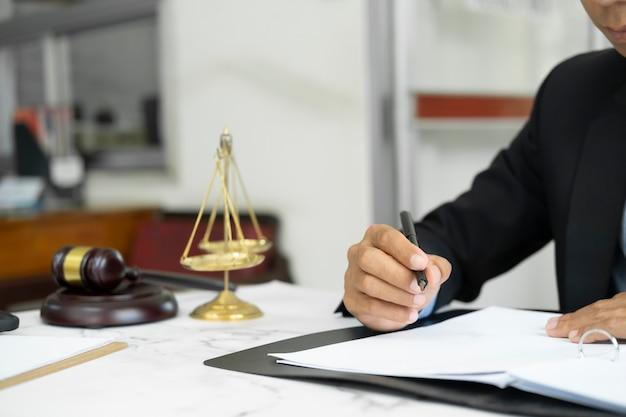 Concept de droit, de services juridiques, de conseils, de justice et de droit. avocat masculin au bureau avec échelle en laiton.