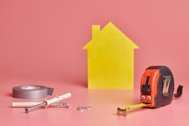 Concept drôle de rénovation de maison.
