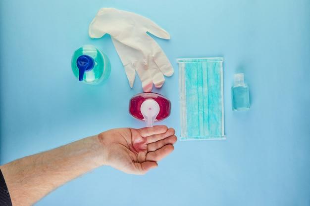 Le concept du coronavirus covid-19, comment vous protéger contre l'infection. le lavage des mains est pressé sur la main, le masque et les comprimés