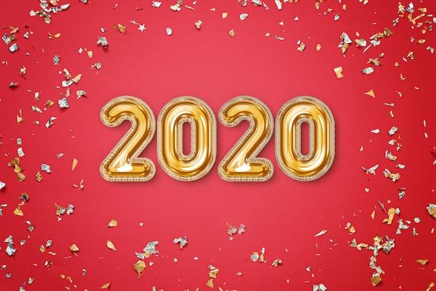 Concept du nouvel an 2020 - carte de voeux de fête rouge avec des confettis et des lettres