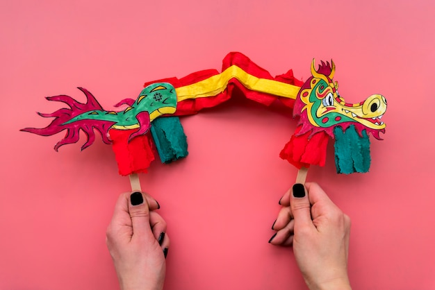 Concept du nouvel an chinois avec dragon fabriqué à la main