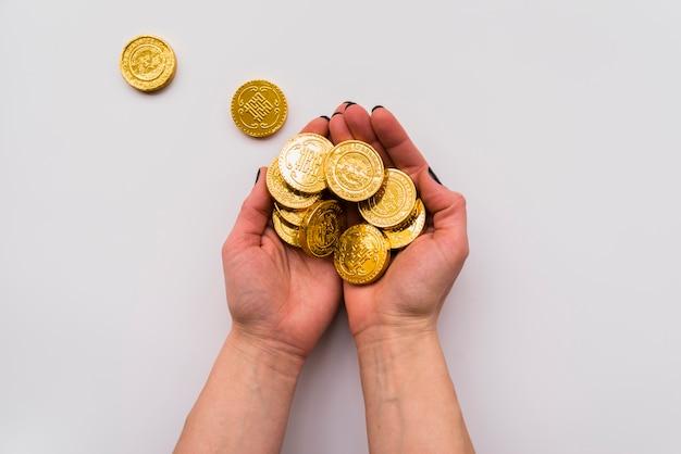 Concept du nouvel an chinois avec les mains tenant des pièces de monnaie