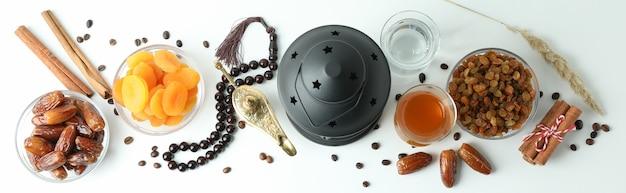 Concept du ramadan avec de la nourriture et des accessoires sur blanc, vue du dessus