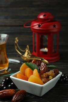 Concept du ramadan avec de la nourriture et des accessoires sur table en bois