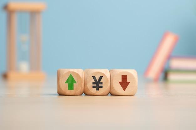 Concept de dynamique à la hausse et à la baisse de la devise yen avec des flèches.