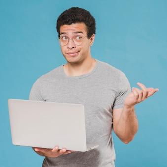 Concept de e-learning étudiant et ordinateur portable