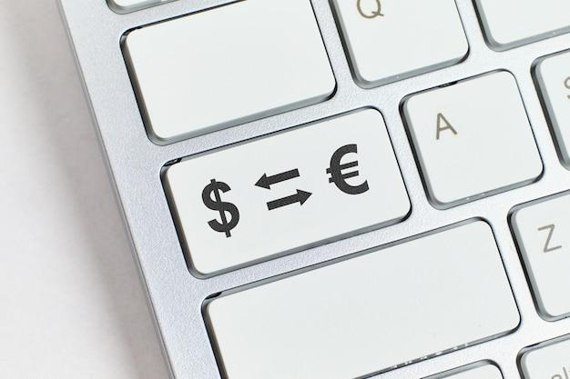 Concept d'échange de devises en ligne via les services internet.