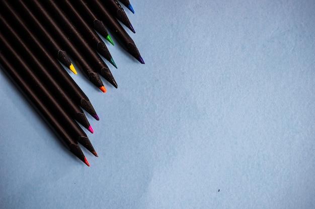 Concept d'école avec des crayons