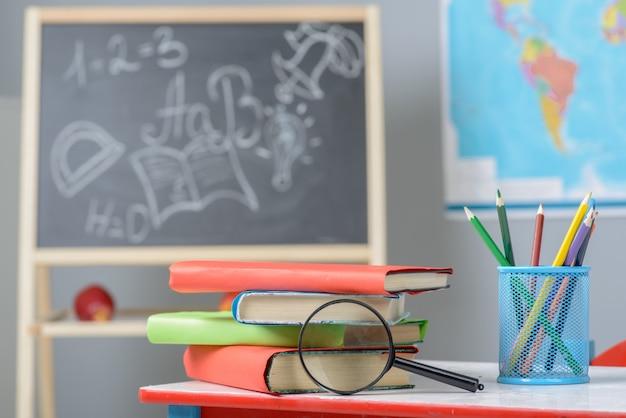 Concept d'école avec des livres et une loupe