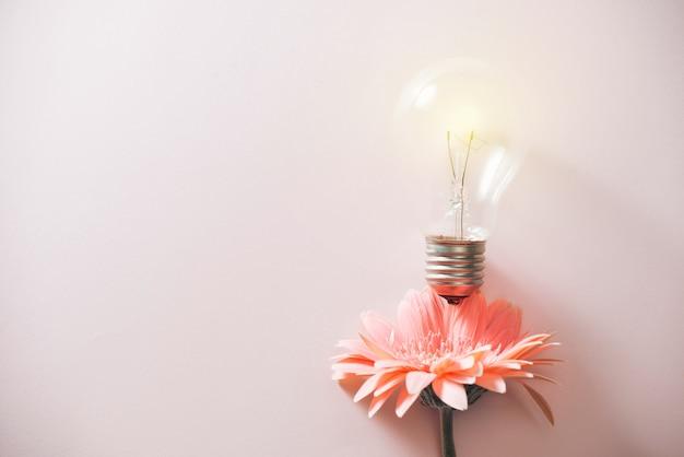 Concept d'écologie et d'économie d'énergie. collage de fleur avec bulbe écologique comme tige de plante poussant à partir du sol