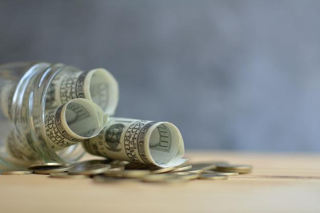 Concept d'économie d'argent dans le bocal en verre