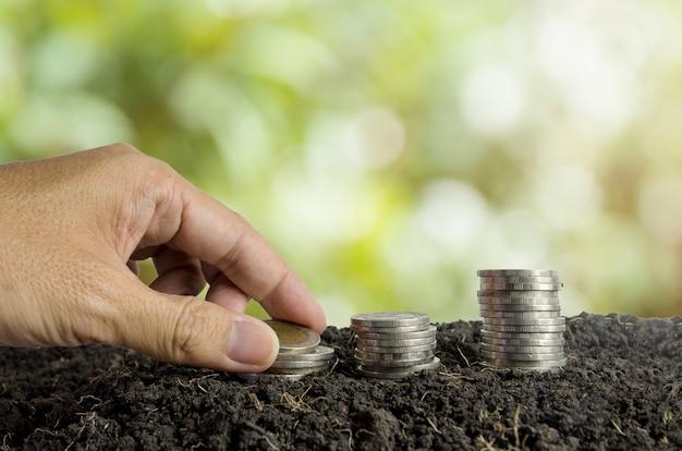 Concept d'économie d'argent, pièces de monnaie dans le sol