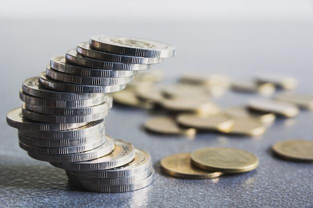Concept d'économie d'argent avec pile de pièces d'argent. concept financier et comptable.