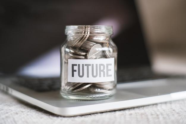 Le concept d'économiser de l'argent pour l'avenir - un bocal en verre avec des pièces.