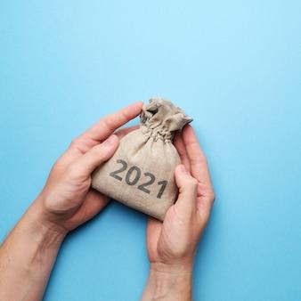 Le concept d'économiser et de protéger l'argent entre les mains en 2021.