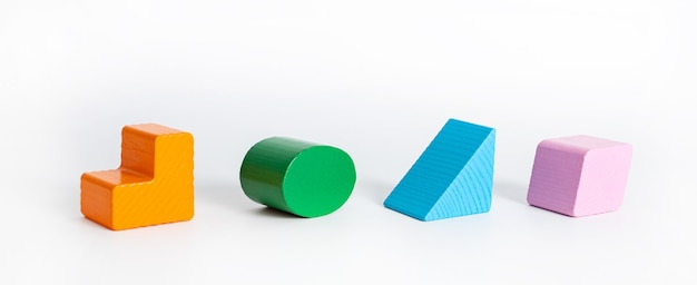 Concept éducatif bloc en bois coloré figure géométrique isolé sur fond blanc