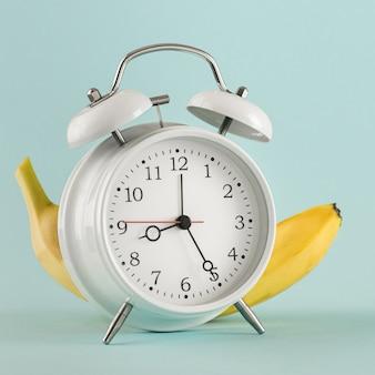 Concept de l'éducation ancien lieu de banane de réveil pour votre test