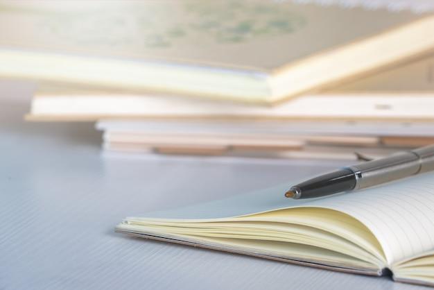 Concept de l'éducation. crayon et cahier sur tableau blanc