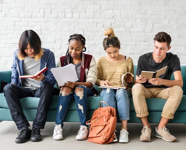 Concept d'éducation diversité adolescents hipster ami