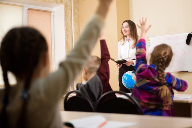 Concept d'éducation, d'école élémentaire, d'apprentissage et de personnes.
