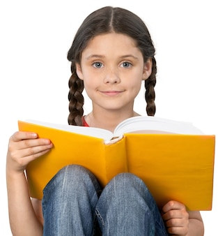 Concept d'éducation et d'école - petite fille étudiante avec livre isolé sur blanc