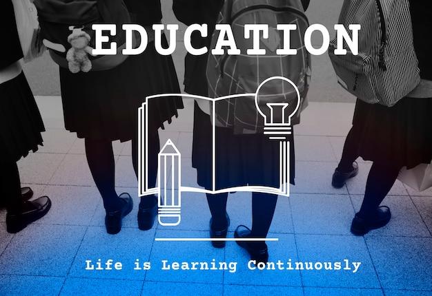 Concept de l'éducation avec des enfants dans des sacs à dos en arrière-plan