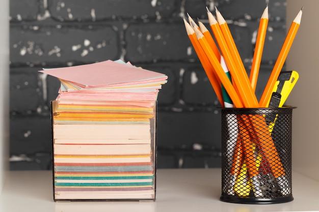 Concept d'éducation, d'études et de rentrée des classes bureau créatif avec papeterie