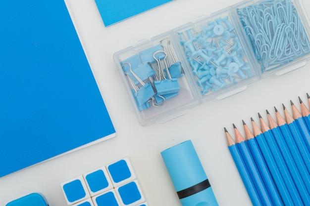 Concept de l'éducation avec des fournitures scolaires sur blanc.