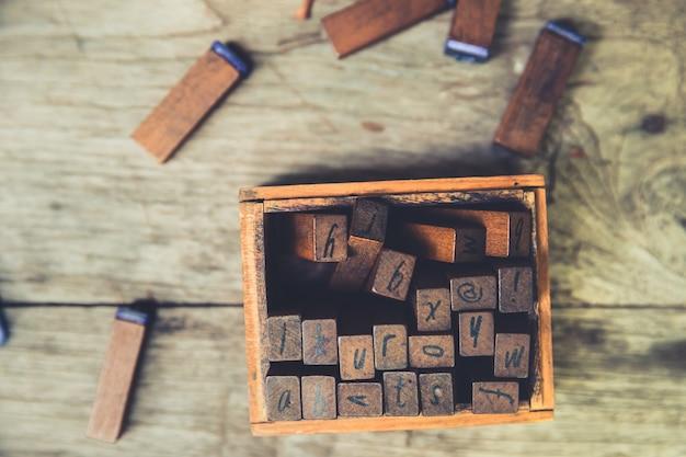 Le Concept De L'éducation Linguistique: Texte En Bois Timbre En Caoutchouc Tonalité De Couleur Vintage Photo Premium