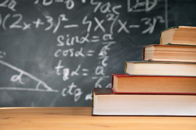 Concept de l'éducation - livres sur le bureau dans l'auditorium