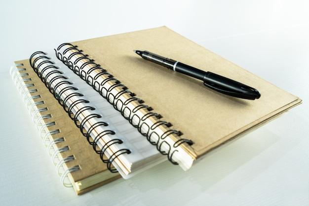 Concept de l'éducation. stylo et cahiers sur tableau blanc