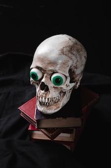 Concept effrayant avec crâne et tas de tomes