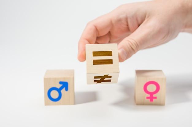 Concept d'égalité des sexes sur des cubes en bois. concepts d'égalité des sexes